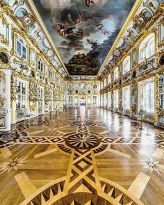 Dancing a valse in Peterhof Palace St Petersburg must feel amazing ! 👑 I've rarely seen such an elegant and grand room ! Russian Architecture, Baroque Architecture, Classical Architecture, Beautiful Architecture, Beautiful Buildings, Architecture Design, Beautiful Places, St Pétersbourg Rússie, Palais De Buckingham
