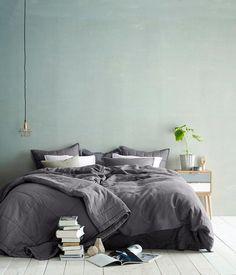 Chambre douce en vert pâle et draps de lin gris