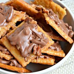 Saltine Toffee ~ Crispy, buttery, toffee with pecans and chocolate. So easy to make, too! I'd personally make it with dark chocolate though. Candy Recipes, Sweet Recipes, Cookie Recipes, Dessert Recipes, 13 Desserts, Delicious Desserts, Yummy Food, Health Desserts, Tasty