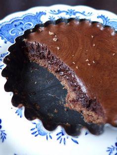 Chocolate tart to die for Thermomix Desserts, No Bake Desserts, Dessert Recipes, Eid Cookies Recipe, Cookie Recipes, Chocolate Treats, Chocolate Recipes, Bon Dessert, Crepes