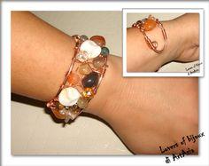 3029/103 - bracciale fatto a mano, costituito da pietre dure e perle di fiume, alluminio ramato e rame. Handmade in Italy