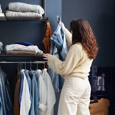 Getting started is half the job they say. That is also true when it comes to planning your clothing storage. We think arranging an organised closet can be a lot of fun. But before you start the planning for how many shelves, drawers, shoe shelves etc you need, there are a few step-by-step tips we would like to share.
