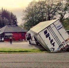 16 Swift Trucking Fails From People Having Substantially Worse Days Than You - Trucking humor - Rv Truck, Big Rig Trucks, Cool Trucks, Semi Trucks, Funny Car Memes, Car Humor, Funny Fails, Funny Drunk, 9gag Funny