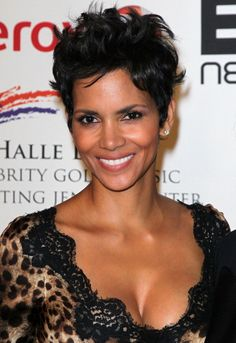 Actress Halle Berry attends the 2012 Jenesse Silver Rose Awards gala and auction at the Beverly Hills Hotel on April 14 2012 in Beverly Hills. Everyday Hairstyles, Pixie Hairstyles, Pixie Haircut, Halle Berry Hairstyles, Cute Short Haircuts, Cool Haircuts, Jessica Chastain, Cut Her Hair, Hair Cuts