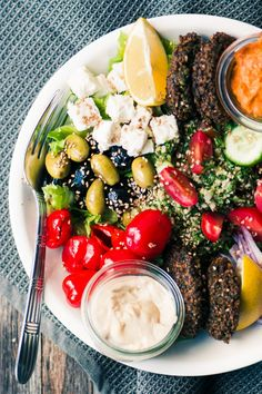 This gorgeous Falafel Salad makes Meatless Monday everybody's favorite night of the week! |main course salad | Middle Eastern | Vegetarian | theviewfromgreatisland.com