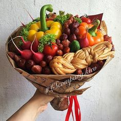Food Bouquet, Man Bouquet, Gift Bouquet, Fruit Gifts, Edible Gifts, Food Gifts, Fruit Recipes, Candy Recipes, Vegetable Bouquet