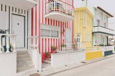 Uma vila de casas listradas em Costa do Prado, Portugal. Os pescadores pintaram suas casas com listras e estampas para o local se destacar em meio à areia pálida.