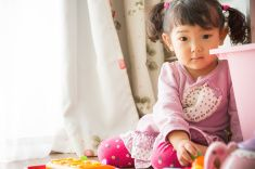 小さな女の子で遊ぶハールームで、玩具 stock photo