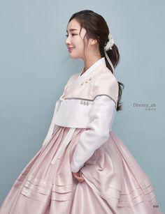 한복 Korean Traditional Dress, Traditional Fashion, Traditional Dresses, Korean Dress, Korean Outfits, Fashion 101, Asian Fashion, Hanbok Wedding, Modern Hanbok