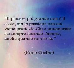 Frasi Paulo Coelho: El mayor placer no es el sexo, es la pasión con la que se practica. Quien está enamorado siempre está haciendo el amor, incluso cuando no lo hace.