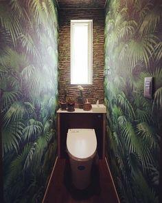 jungle toilet #第一建設 #livingd #hibiki #静岡 #新築 #住宅 #おうち #トイレ #wc #toilet #jungle #ジャングル #葉っぱ #葉 #緑 #green #枝 #サボテン #グリーン Jungle Bathroom, Quirky Bathroom, Bathroom Design Small, Bathroom Green, Small Downstairs Toilet, Small Toilet Room, Downstairs Bathroom, Wallpaper Toilet, Understairs Toilet