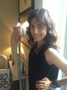 Toni Acosta con su pulsera contra el #síndromedeRett de @Uno de 50