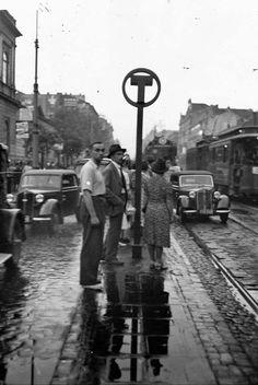 Przystanek Tramwajowy w Alejach. Nowy typ słupa przystankowego, który po raz pierwszy pojawił się 1 sierpnia 1938 r., wraz z bliźniaczym autobusowym. fot. 1938 r., źr. Narodowe Archiwum Cyfrowe
