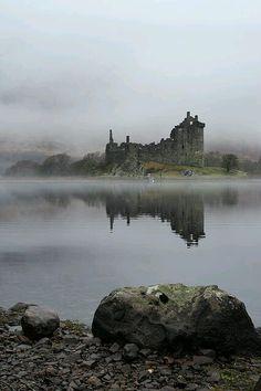 folie-et-dieux: Kilchurn Castle est un 15ème ruine et la structure du 17ème siècle sur une péninsule rocheuse à l'extrémité nord du Loch Awe, à Argyll et Bute, en Ecosse.