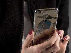 """Il dipartimento design di CREO ha sviluppato la collezione Mirror per Meliconi, una serie di cover per Apple iPhone 6 e iPhone 6 Plus. La collezione nei modelli curati da CREO, trae ispirazione da oggetti riconoscibili universalmente e divenuti oramai vere e proprie icone. In una variante inoltre sono stati scelti decori floreali """"jaquard"""". Le covers oltre la loro funzione primaria del proteggere il telefonino, sono realizzati con stampi ultrasottili su una base a specchio."""