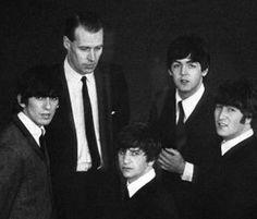 The Beatles: George Harrison, Ringo Starr, John Lennon, Paul McCartney, and Sir George Martin. Beatles Funny, Beatles Love, Beatles Photos, Beatles Trivia, George Martin Beatles, Cool Bands, Great Bands, Liverpool, The Quarrymen