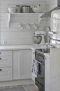 eldhús køkken ♥ mixmix - via Bungalow Kitchen, Cabin Kitchens, Kitchen Corner, Kitchen Living, White Cottage, Cottage Style, Kitchen Interior, Kitchen Design, Cozinha Shabby Chic