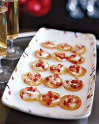 Mini Tartes Flambees This is a bite-size version of tarte flambée, a traditional Alsatian tart. Gabriel Kreuther's mother makes tarte flambée on the family farm in Alsace, using home-smoked bacon and home-grown onions Candied Bacon, Smoked Bacon, Flambe Recipe, Tapas, Easy French Recipes, Mezze, Paella, Appetizer Recipes, Bacon Appetizers