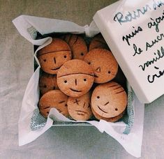 Face cookies♡ cute food ideas for kids Galletas Cookies, Cute Cookies, Cute Food, Yummy Food, Cookie Recipes, Dessert Recipes, Decoration Patisserie, Food Humor, Decorated Cookies
