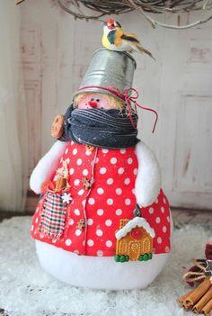 оригинальные снеговики Handmade Christmas Decorations, Felt Christmas Ornaments, Personalized Christmas Ornaments, Christmas Toys, Christmas Snowman, Xmas Decorations, Christmas Projects, Holiday Crafts, Felt Snowman