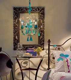 """O lustre provençal recebeu uma dose de doçura e sonho na transformação proposta por Doris Sochaczewski. """"Acrescentei pássaros voando, flores delicadas e, por fim, a cor turquesa nos detalhes, para dar vida e modernidade à peça"""", diz a designer"""