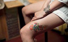 """Stickmuster sind als Tätowierung ziemlich ungewöhnlich, daher selten und schlussendlich eine originelle Alternative zu """"normalen"""" Tattoo-Motiven. Die eher femininen Tattoos sind ein echter Hingucker und in den unterschiedlichsten Varianten durchführbar. .  Julie Hamilton .  . Anastasia Satanv…"""