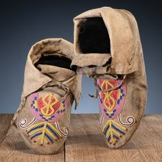 American Indian and Western Art: Premier Auction Native American Artifacts, Native American Indians, Native Americans, Moccasins Mens, Beaded Moccasins, Bead Loom Bracelets, Blackfoot Indian, Native American Moccasins, Zapatos