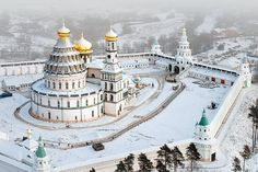 Новый Иерусалим. The New Jerusalem Monastery or Novoiyerusalimsky Monastery , also known as the Voskresensky (Resurrection) Monastery, is a male monastery, located in the town of Istra in Moscow Oblast, Russia. автор фото - Петр Колчин