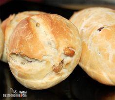 Hoy queremos mostraros la receta de pan de nueces y pasas, como decía nuestra amiga Auro, quien no compra pan no es que no lo coma, qué mejor que hacer pan en casa. De acuerdo que hay recetas de pan que precisan de un largo proceso de elaboración, los iremos viendo, pero también hay elaboraciones de pan sencillas que en cuestión de un par de horas inundan tu cocina de un delicioso aroma a pan recién hecho y conquistan a los comensales con una corteza crujiente y una rica y tierna miga. El… Biscuit Bread, Pan Bread, Cooking Time, Cooking Recipes, Mexican Food Recipes, Sweet Recipes, Pan Dulce, Bread And Pastries, Salads