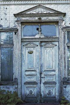 Puerta antigua en casa de Patagonia chilena.