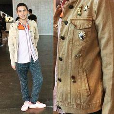 Paulo Assunção (@pauloavp), estudante de Relações Públicas, quis apostar em um look laranja com rosinha! O tênis é Adidas, calça Forever 21 e a camisa e jaqueta garimpadas na Benedito Calixto! Os broches fazem toda a diferença, né?
