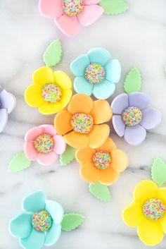 Spring Inspired Gumpaste Flowers Tutorial - The Sugar Coated Cottage Fondant Bow, Fondant Flowers, Fondant Cakes, Chocolate Fondant, Modeling Chocolate, Cake Decorating Techniques, Cake Decorating Tips, Fondant Figures Tutorial, Handbag Cakes