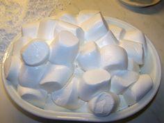 Zutaten: 300g Marshmallows 750g-1000g Puderzucker (abhängig von der Feuchtigkeit) Fett z.B. Palmin Soft oder Margarine Als erstes werden die Marshmallows in der Mikrowelle auf höchster Stufe ca. 5…