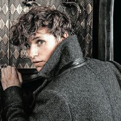 This is one of my fave photos of Eddie alias Newt ✨ How much cute is thiiiiis? Mundo Harry Potter, Harry Potter Icons, Harry Potter Love, Harry Potter World, Eddie Redmayne, Hogwarts, Crimes Of Grindelwald, Fantastic Beasts And Where, New Movies