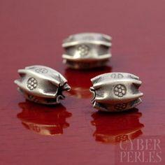 Perle artisanale modelée et estampée en argent 950/1000, fabriqué par des tribus Karen (Thaïlande). Karen hill tribe sterling silver handmade bead.