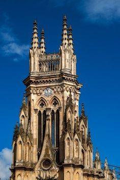 Torre de la iglesia Loudes con cielo azul en Bogota, Colombia
