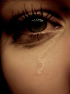 """O Espírito Santo de Deus está à sua disposição para consolar você no momento de uma perda A morte é a coisa mais certa que temos em nossa vida. O natural neste mundo é nascer, crescer, reproduzir e morrer. Mas nós não sabemos lidar com ela. Na Bíblia lemos: """"Preciosa é à vista do Senhor … Crying Eyes, Tears In Eyes, Crying Girl, Crying Pictures, Sad Pictures, Smile Wallpaper, 8k Wallpaper, Jess Conte, Heartbroken Pictures"""
