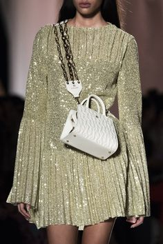 May 2020 - Aigner at Milan Fashion Week Spring 2020 - Details Runway Photos Daily Fashion, Vogue Fashion, 70s Fashion, Runway Fashion, High Fashion, Milan Fashion, Womens Fashion, Fashion Weeks, Gold Fashion