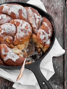 Cinnamon Crunch Skillet Bread - a rustic sweet yeast bread, with a crunchy sugar coating on the outside and a soft, sweet bread inside. Köstliche Desserts, Delicious Desserts, Dessert Recipes, Yummy Food, Cinnamon Desserts, Dessert Healthy, Healthy Snacks, Scones, Think Food
