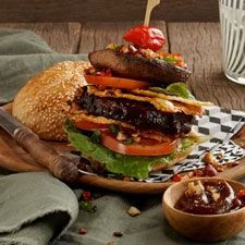 Ostrich Hamburger with Nut-Filled Mushrooms & Parmesan Wafers Healthy Food Options, Healthy Recipes, Wine Recipes, Parmesan, Hamburger, Stuffed Mushrooms, Wellness, Game, Ethnic Recipes