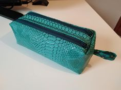 Trousse Zip-Zip simili dragon turquoise de Christel - patron trousse double Sacôtin