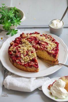 Waldmeisterstreuselkuchen mit Erdbeeren und Rhabarber