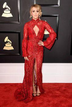 La cantante Carrie Underwood se mimetizó con la alfombra roja de los Grammy enfundada en un impresionante diseño bordado con cristales de Edie Madi.