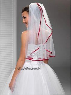 Mooie bruid sluier van fijne, Italiaanse tule. Lengte sluier is 70 cm. Verkrijgbaar in de kleur wit of ivoor. Sluier is op een doorzichtig kam gevestigd. -