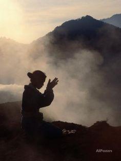 Woman Leaving an Offering on Mt. Batur, Batur, Bali, Indonesia Papier Photo