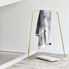 Tendance Golden Age / Porte vêtements FIL by Schneid via Goodmoods, – Towel hanger diy Hanger Rack, Towel Hanger, Coat Hanger, Clothes Hanger, Hangers, Rack Design, Store Design, Display Design, Pos Display