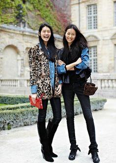 Une veste et un sac à l'imprimé léopard avec un look noir et une chemise en jean