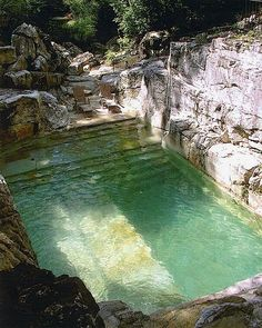 Natural pool, esculpida em grande pedra de mármore.