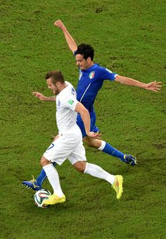 Marco Parolo of Italy challenges Jack Wilshere of England during the 2014 FIFA World Cup Brazil Group D match between England and Italy at Arena Amazonia on June 14, 2014 in Manaus, Brazil.