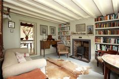 Light ceiling creates more light and space in low ceiling room Cottage Interiors, Cottage Homes, Practical Magic House, Brook House, Snug Room, Little White House, English Decor, Shabby, Craftsman Bungalows